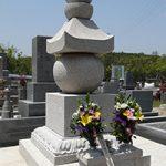名張市東山墓園に建之した五輪塔です。こちらは奈良県天理市にある、鎌倉時代に作られた長岳寺の五輪塔を本歌に製作しました。現代の名工谷本雅一が昔ながらの手加工で全て製作しました。